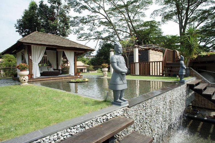 Gazebo dengan kolam hias